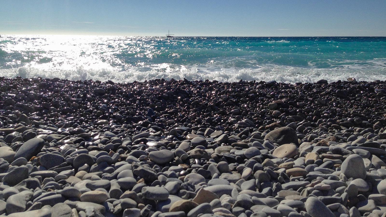 Nizza: Türkisblaues Meer und dunkle Kiesel - die Farben der Engelsbucht. Foto: Hilke Maunder
