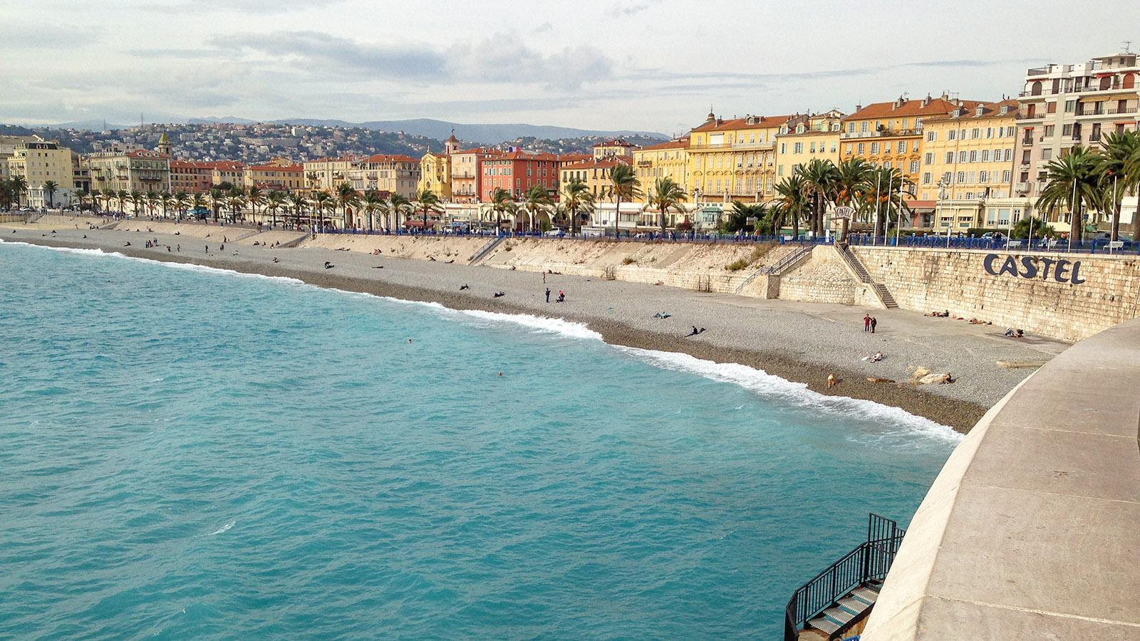 """Nizza: Blick auf die Promenade des Anglais und den Strand vom """"Mützendieb"""". Foto: Hilke Maunder"""