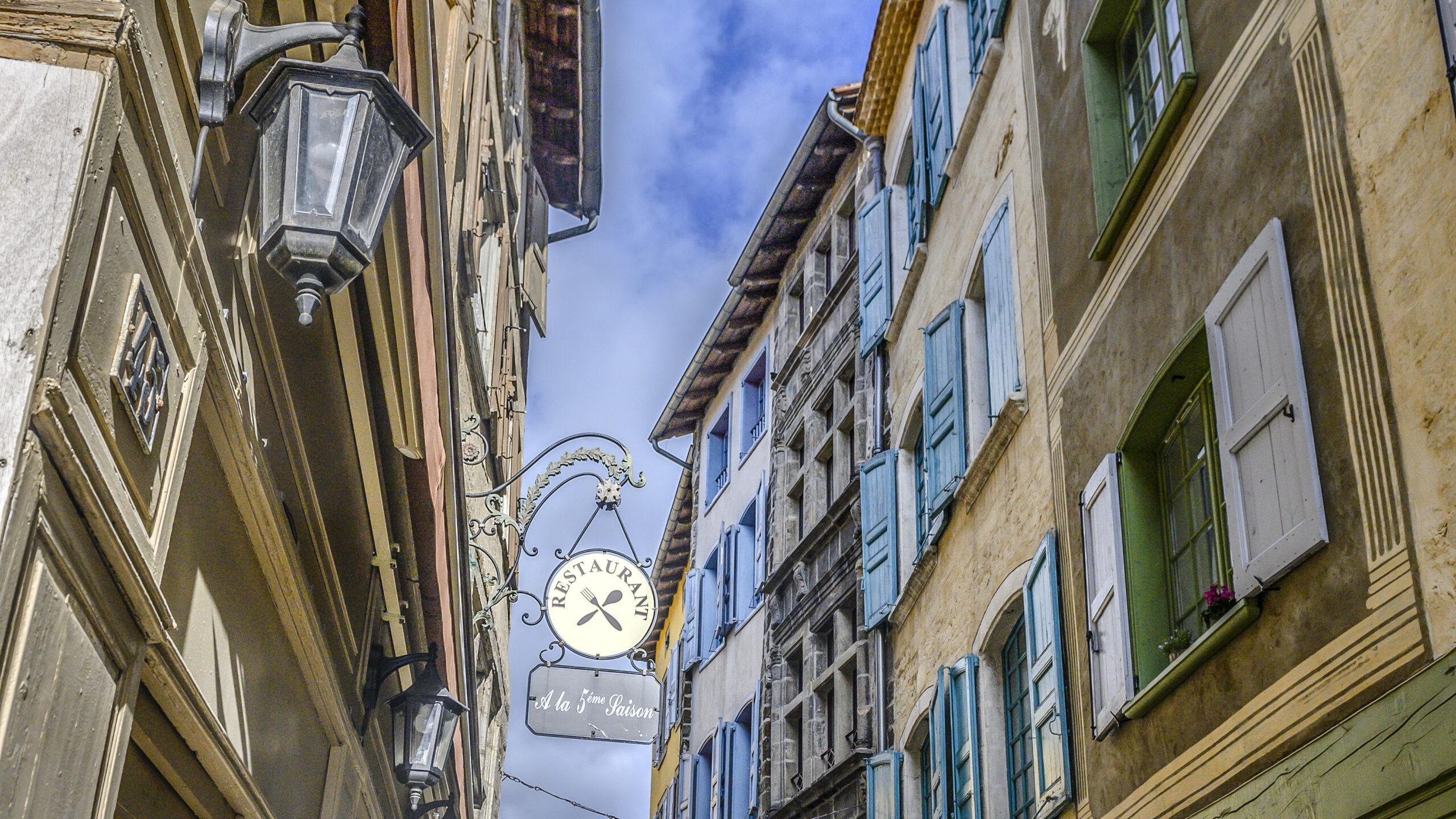 Le Puy-en-Velay: Restaurantschild in der Unterstadt. Foto: Hilke Maunder