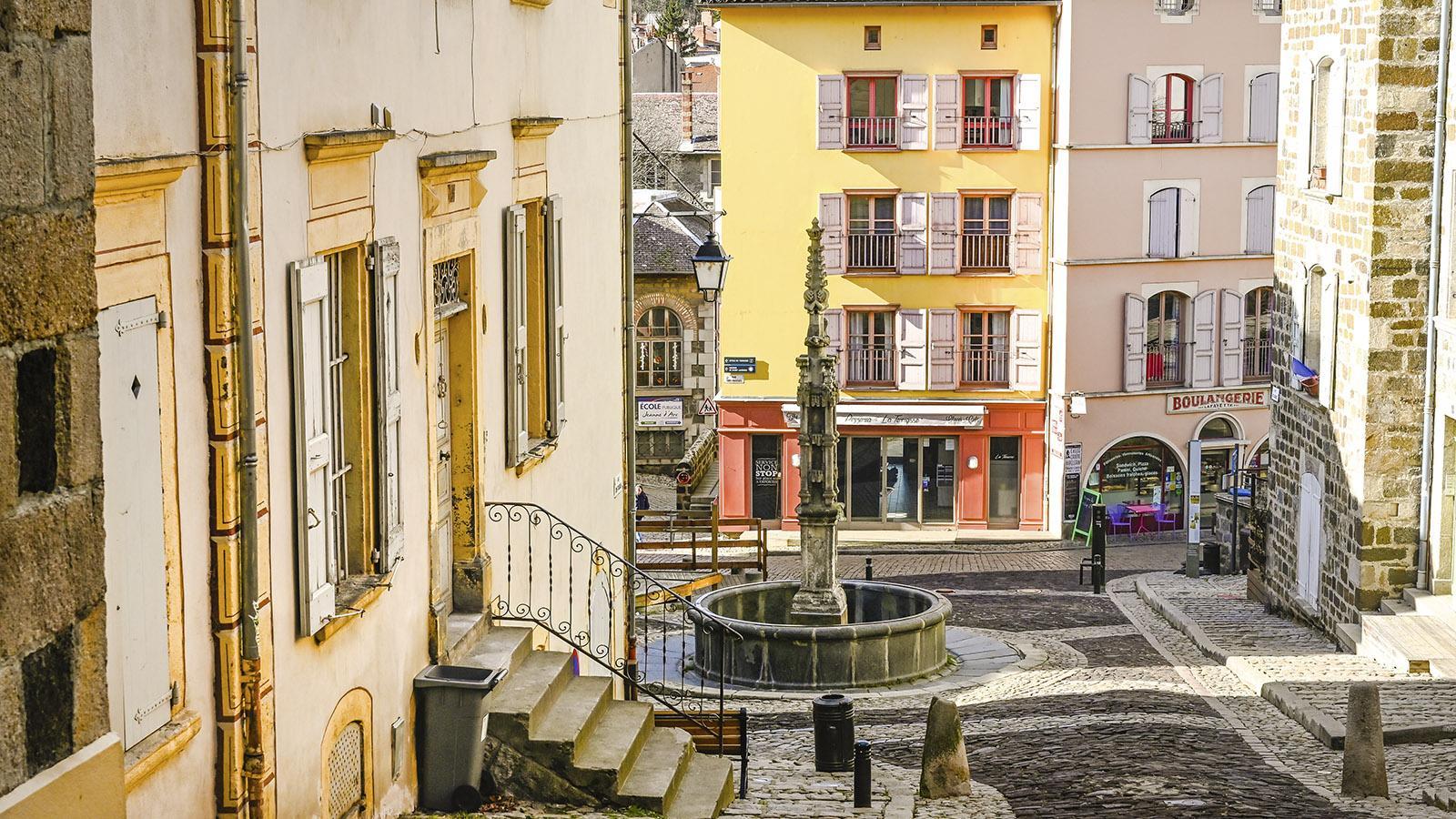 Le Puy-en-Velay: die Place des Tables mit ihrem Brunnen. Foto: Hilke Maunder