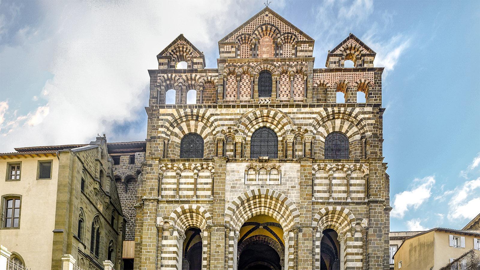 Die Westfassade der Kathedrale vo Le Puy-en-Velay. Foto: Hilke Maunder