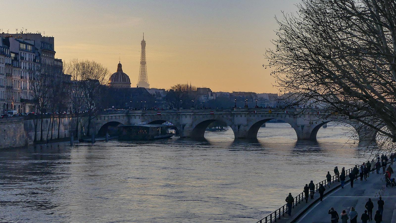 Paris, ville lumière: die Seine mit dem Eiffelturm am frühen Abend. Foto: Uschi Hennen