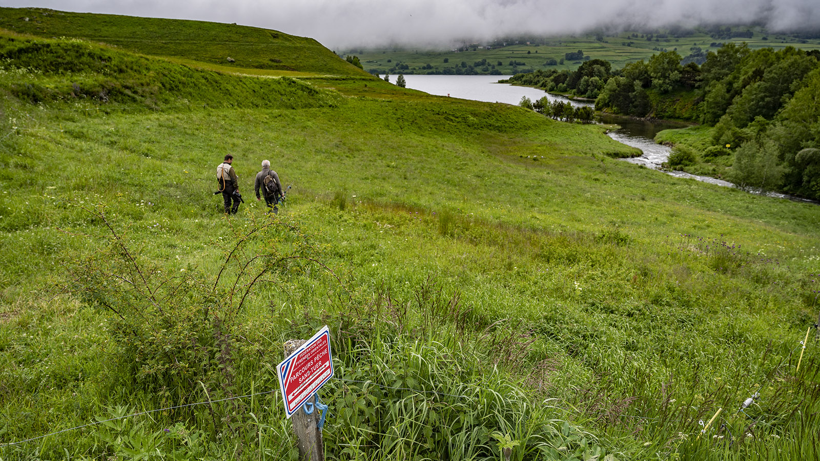 Wo der Galbe in den Stausee von Puyvalador mündet, ist ein Angelbereich ausgewiesen am Feuchtgebiet. Foto: Hilke Maunder