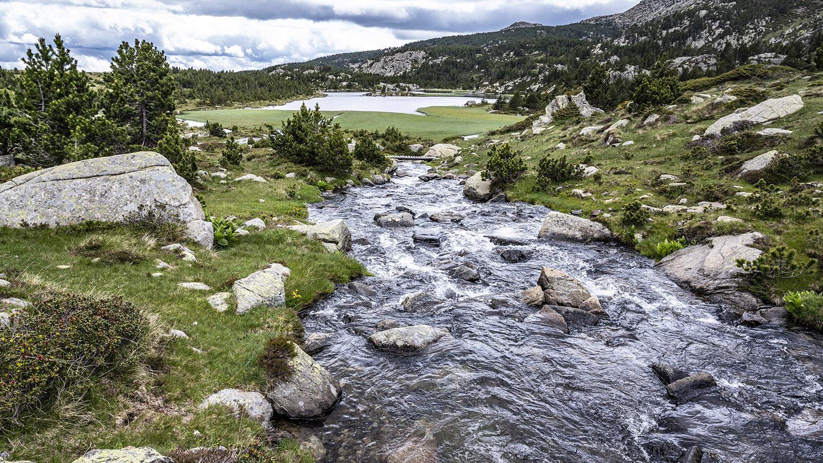 Ein Bergbach verbindet die beiden Bergseen Llong und Bailleul. Foto: Hilke Maunder