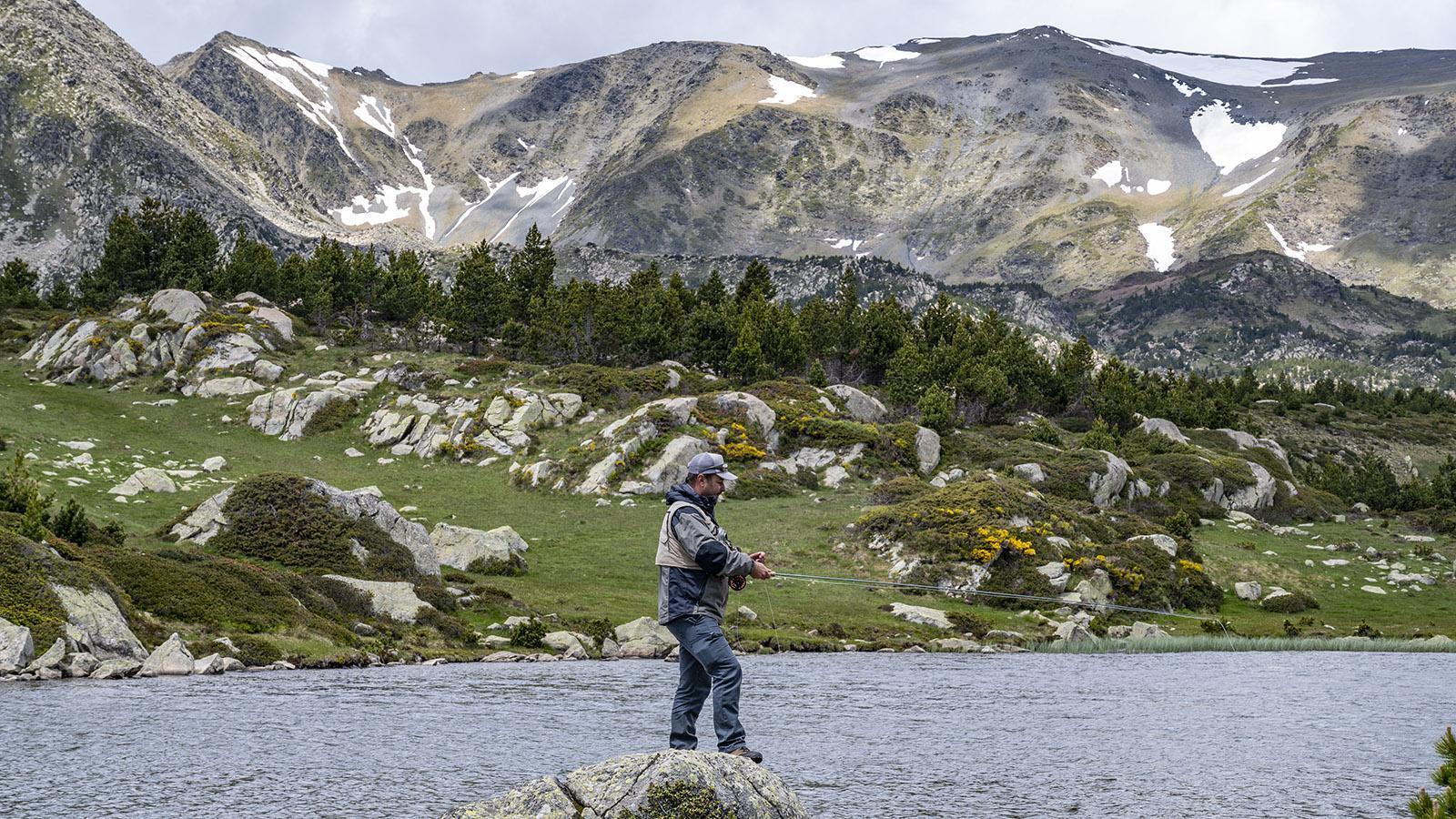 Julian Rouge beim Fliegenfischen am Estany Llat. Foto: Hilke Maunder