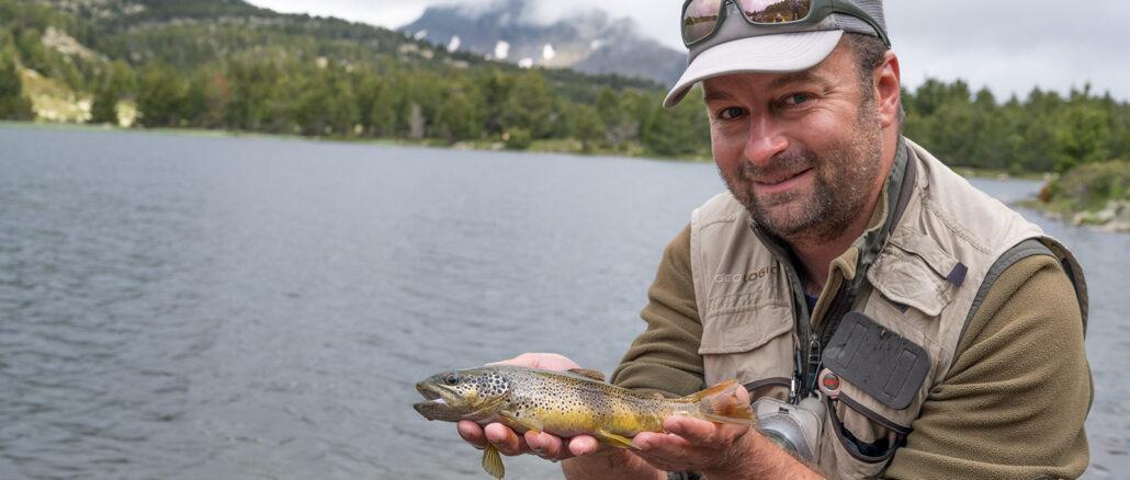 Julien Rouge mit einer Forelle aus dem Lac Negre am Carlit. Nach dem Foto kam sie zurück in den Bergsee. Foto: Hilke Maunder