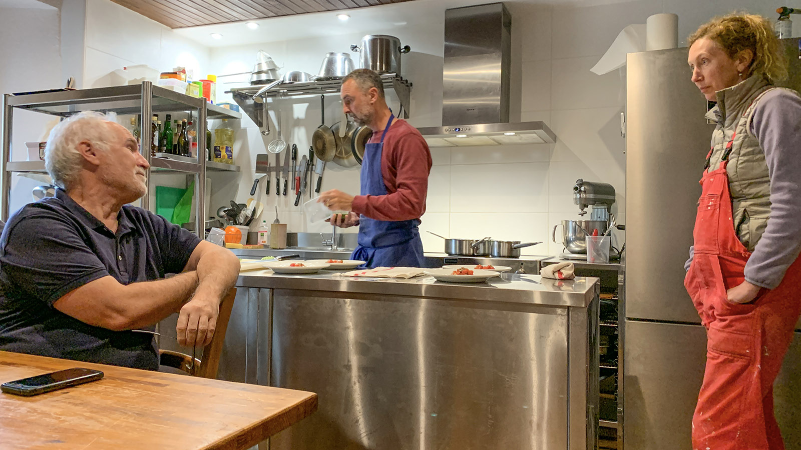 Apéro und table d'hôte werden in der offenen Küche serviert.