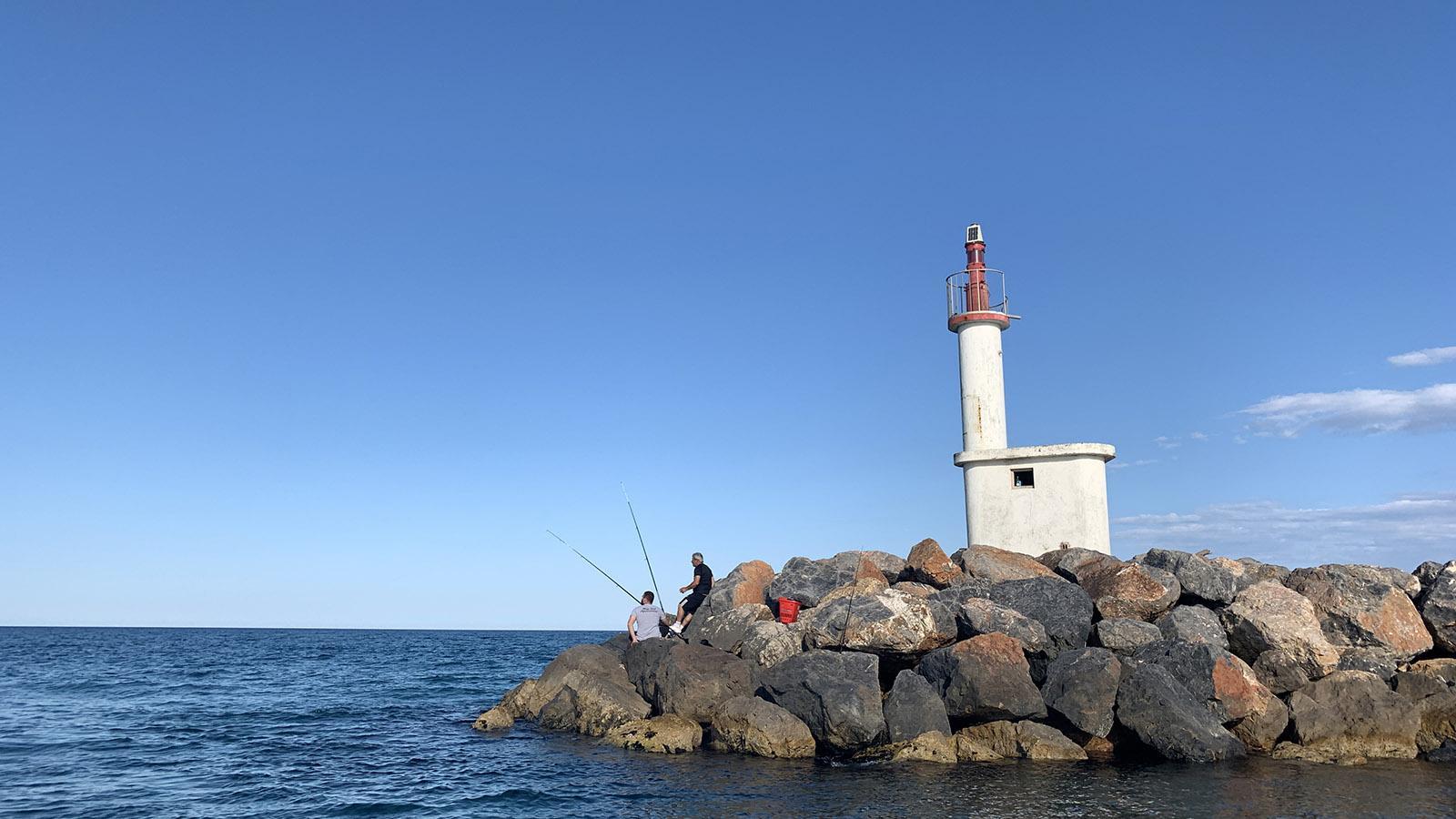 Zur Étang-Seite erhebt sich bei Le Barcares dieser Leuchtturm - dort wird von Land aus gerne geangelt. Foto: Hilke Maunder