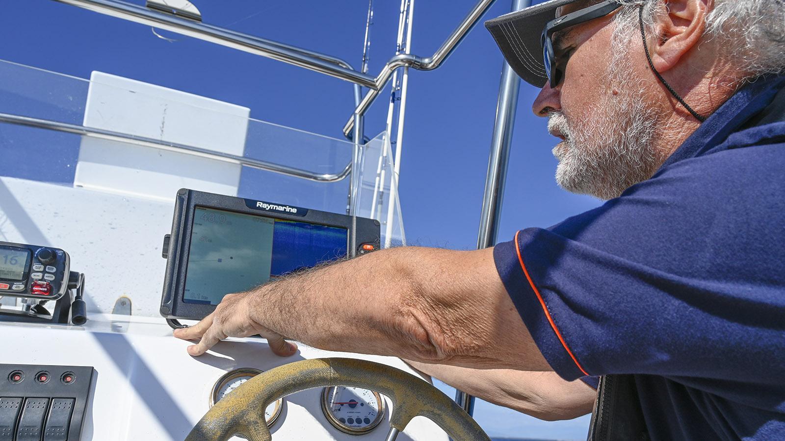 Das Echolot verrät Patrick Valdivia, ob und wo Fische zu finden sind. Foto: Hilke Maunder