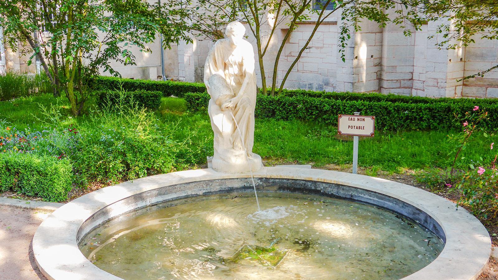 Semur-en-Auxois: Der Brunnen im Garten der Mairie. .Foto: Werner Münzel