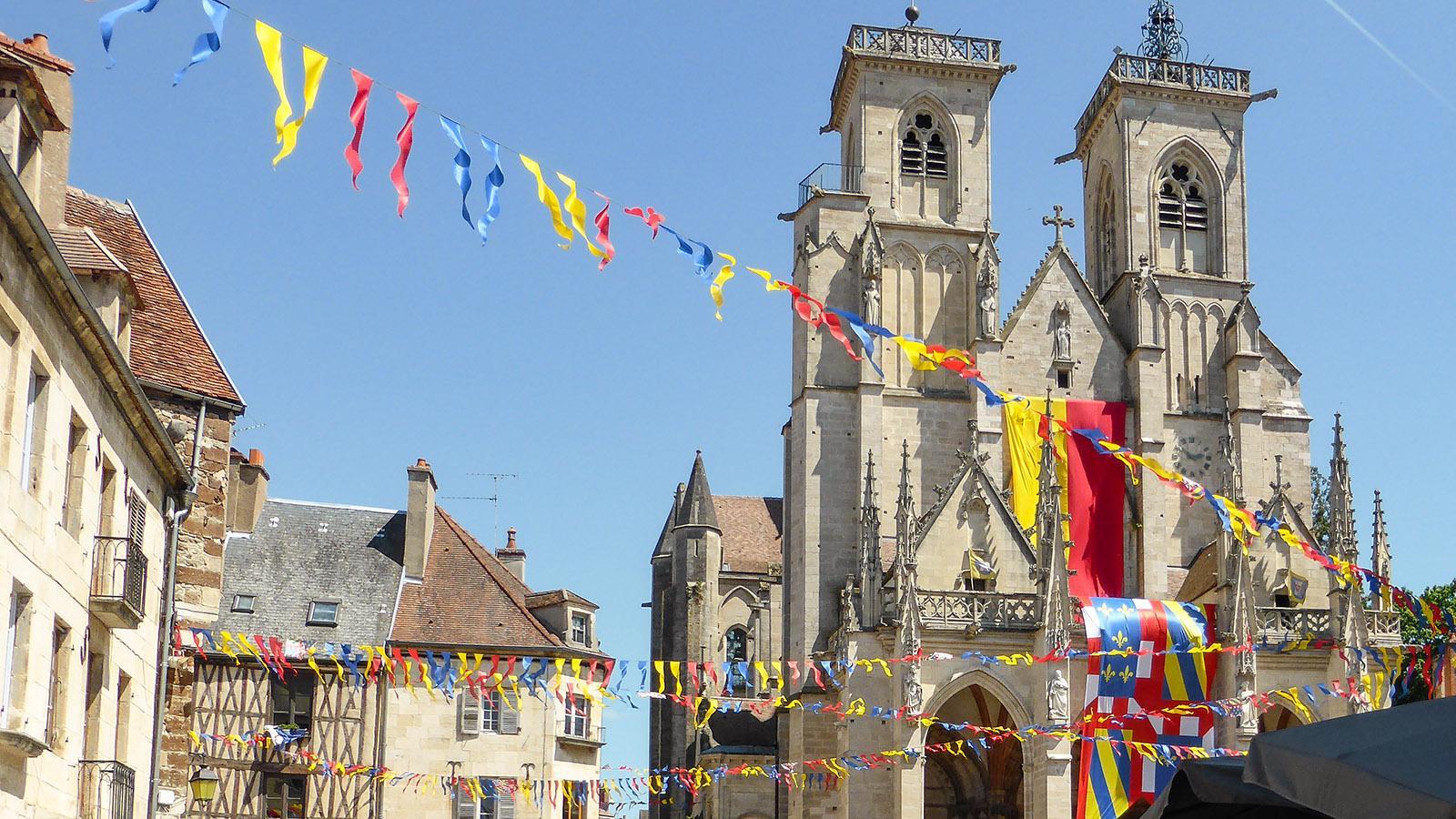 Semur-enAuxois: Auch Notre-Dame schmückt sich zum Stadtfest. Foto: Werner Münzel