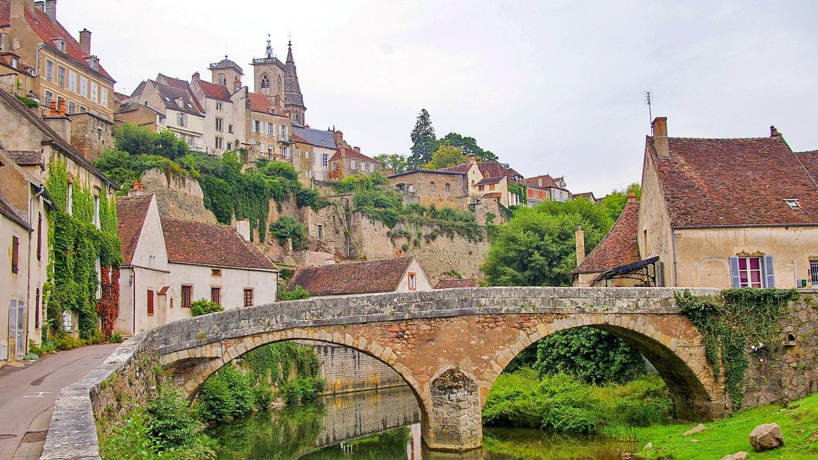 Semur-en-Auxois: Blick auf die Kollegiatskirche Notre-Same vom Pont Pinard. Foto: Werner Münzel