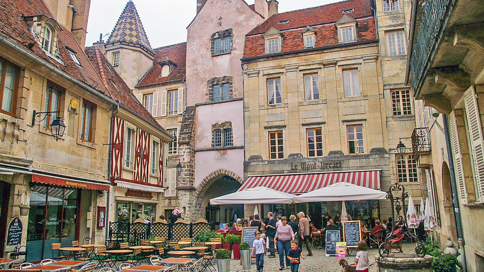 Semur-en-Auxois: Nahe der Porte de Sauvigny findet ihr das Restaurant Le Mont. Foto: Werner Münzel