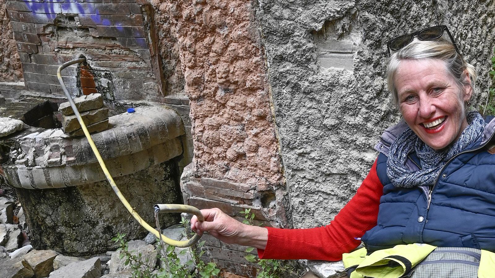 Bis heute fließt warmes Thermalwasser aus dem Hahn im einstigen Kurbad von Thuès. Foto: Hilke Maunder