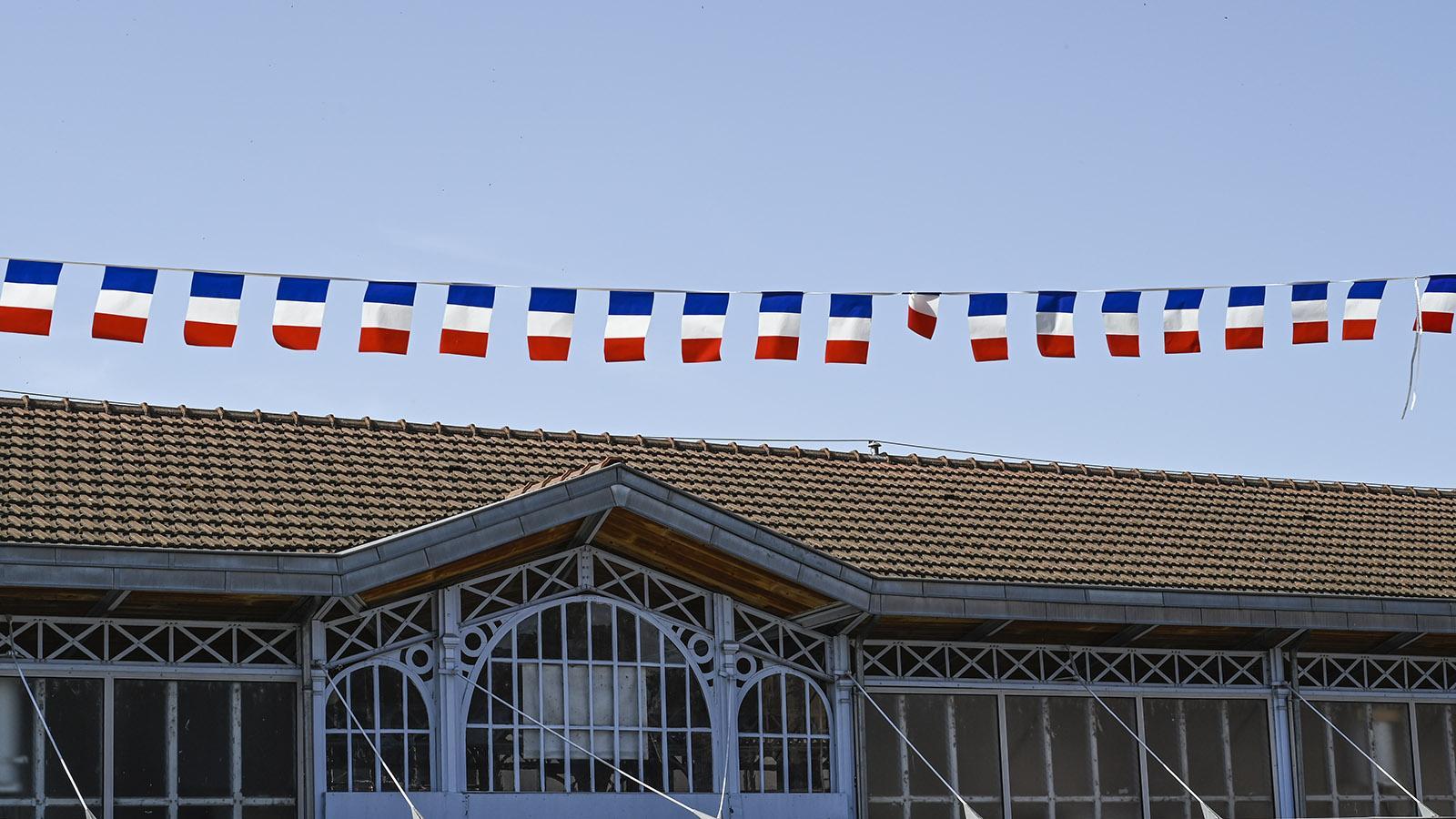 Bunte Wimpel schmücken am 14. Juli auch die Markthalle von Saint-Cyprien in Toulouse. Foto: Hilke Maunder