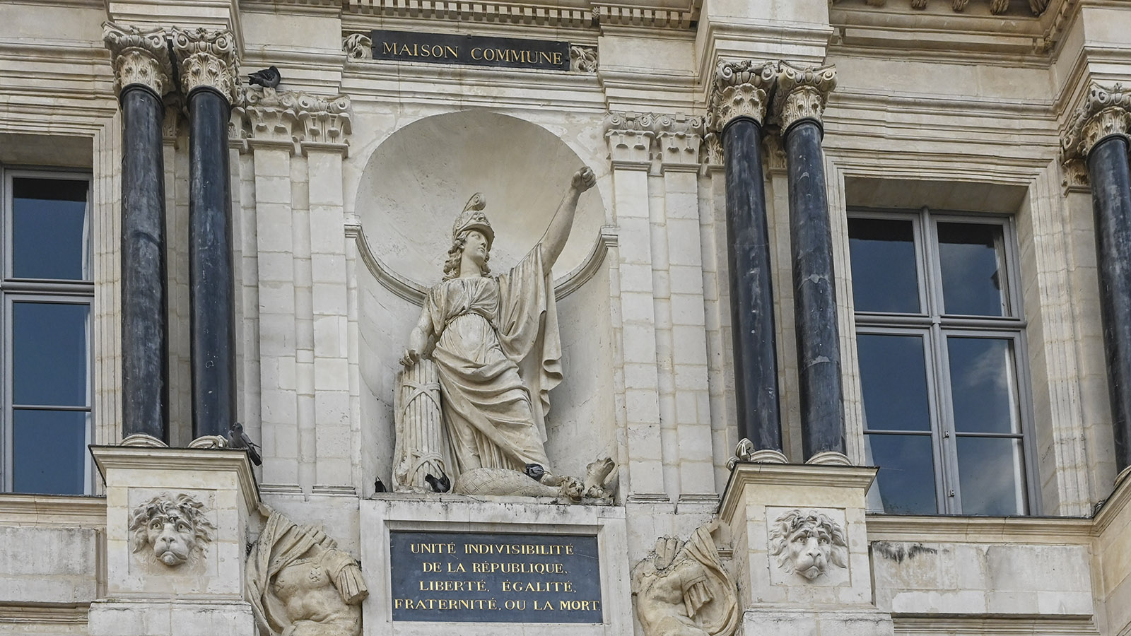 Das Rathaus von Troyes zeigt noch den vollständigen Spruch der Französischen Revolution. Foto: Hilke Maunder