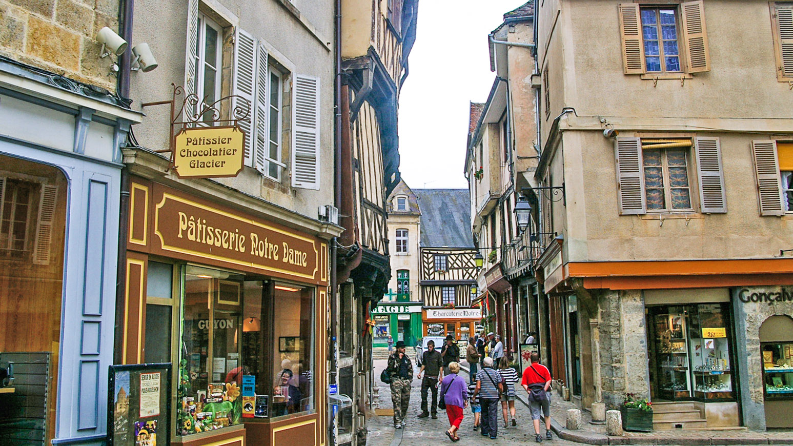 Semur-en-Auxois: Durch diesen Durchgang kommt ihr zur Place de l'église. Foto: Werner Münzel