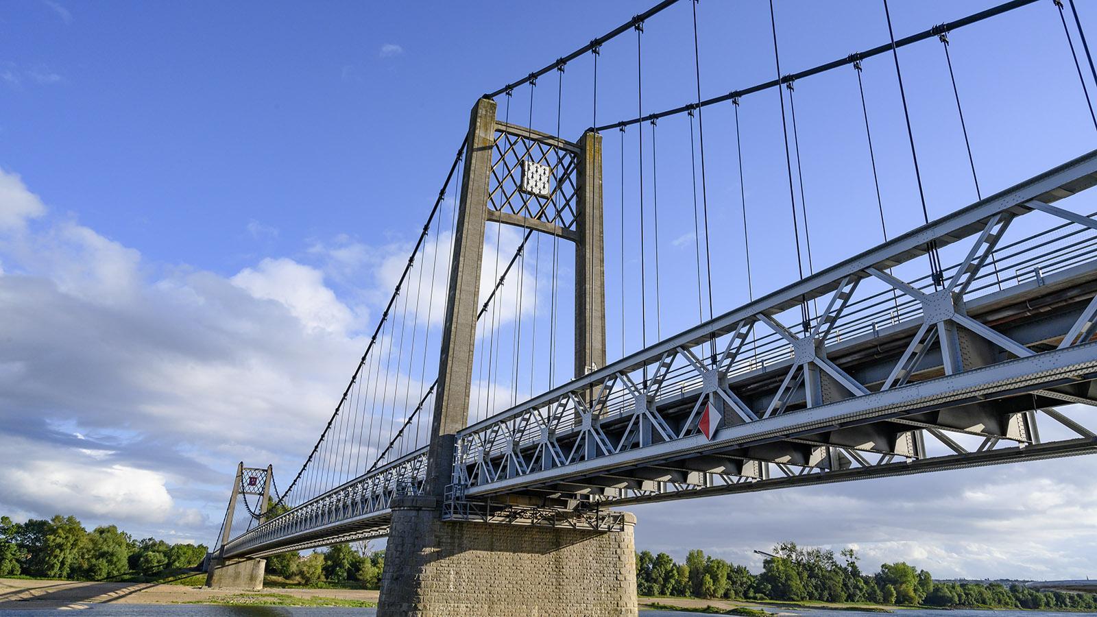 Die Loirebrücke zeigt mit ihren Wappen: Da ist die Bretagne, dort das Anjou. Foto: Hilke Maunder