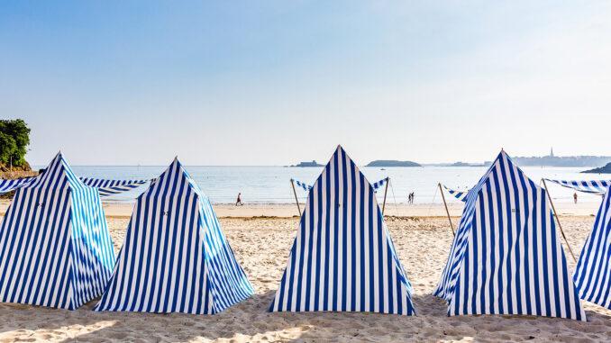 Dinard: Die Plage de l'Ecluse mit ihren Strandzelten. Foto: Pressebild, CRT Bretagne, Fotograf: L'Oeil de Paco