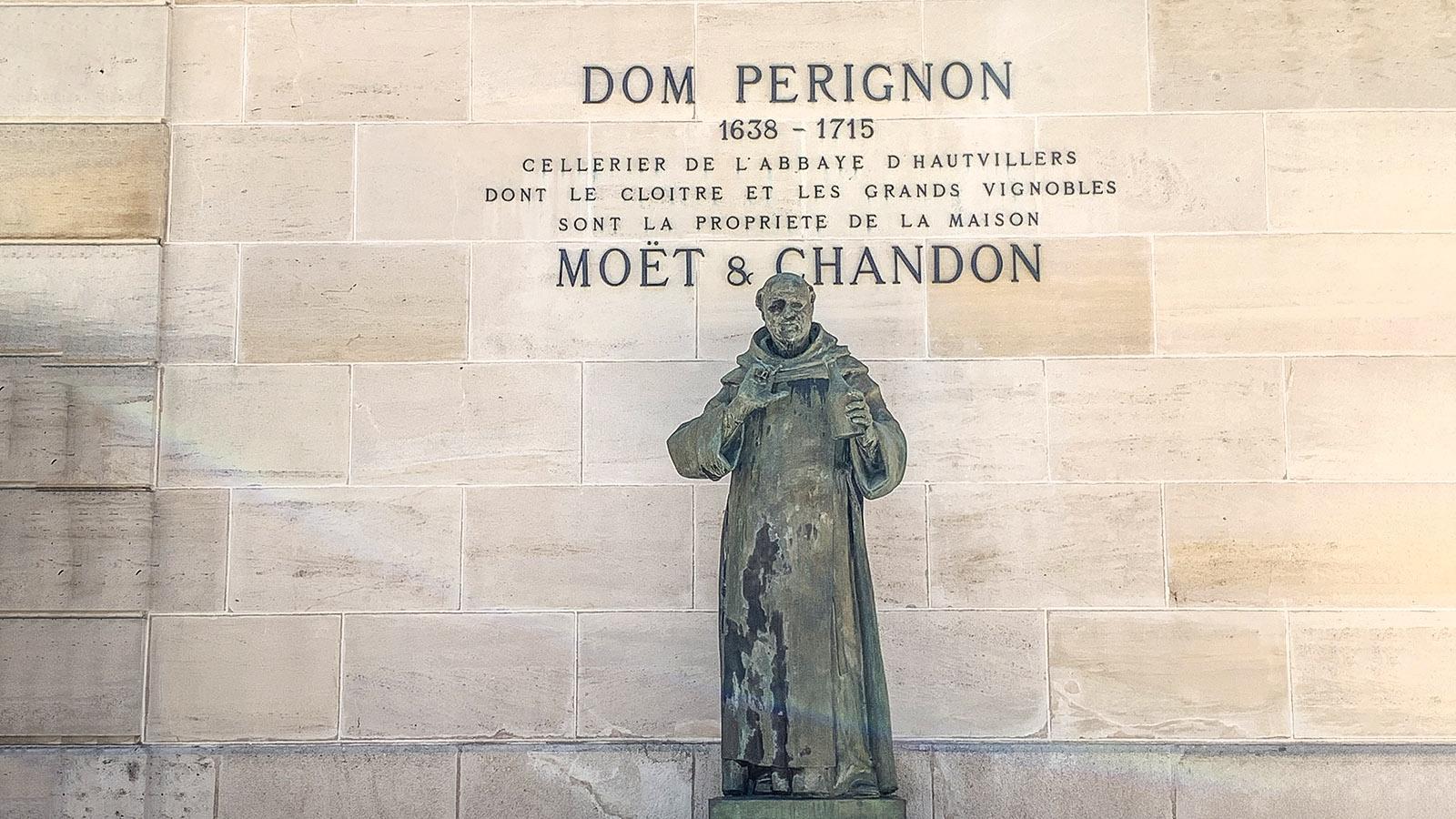 Épernay: Bei Moët & Chandon erinnert an Denkmal an den Mönch Dom Perignon. Foto: Hike Maunder