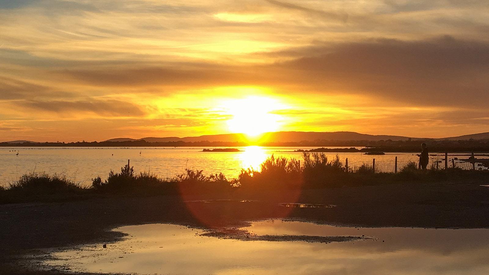 Wunderschön zum Sonnenuntergang: Die Straße von Carnon-Plage nach Pérols miht ihrem Lagunensee. Foto: Hilke Maunder