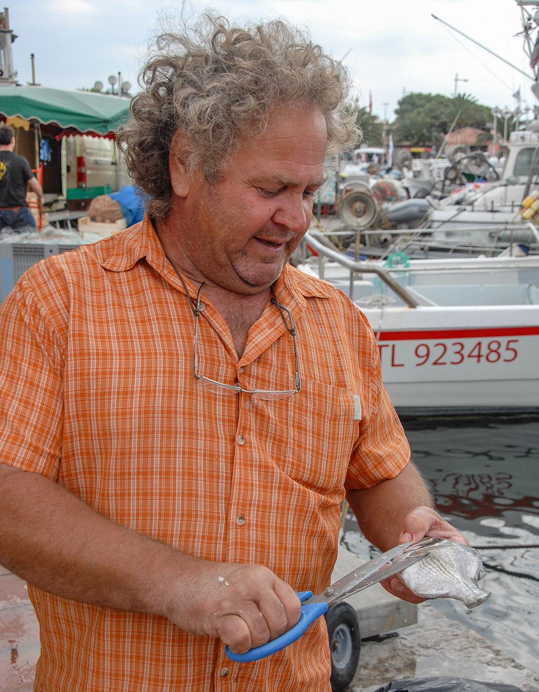 Sanary-sur-Mer: Auf dem Fischmarkt säubert die Fischer die Fische für euch. Foto: Hilke Maunder