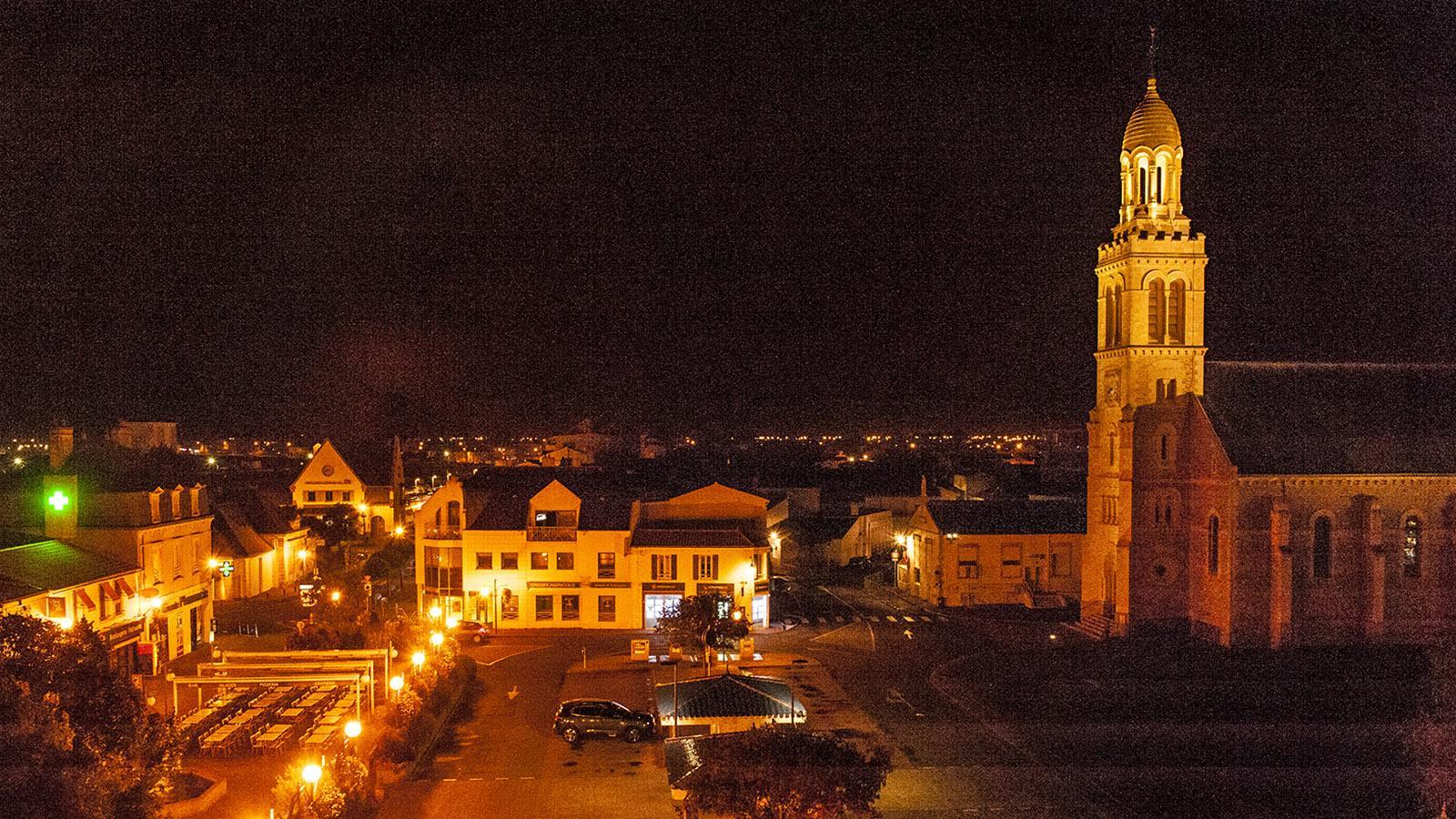 Sardine. Der Kirchplatz von La Croix-de-Vie bei Nacht. Foto: Hilke Maunder