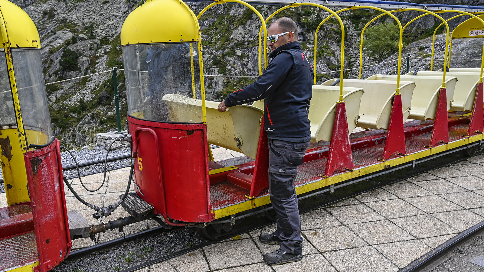 Le Petit Train d'Artouste: Je nach Fahrrichtung des Zuges werden die Sitze passend umgeklappt. Foto: Hilke Maunder