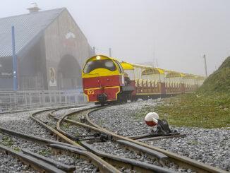 In Nebel gehüllt: der Petit Train d'Artouste an einem Herbstmorgen an der Bergstation der Gondelbahn. Foto: Hilke Maunder
