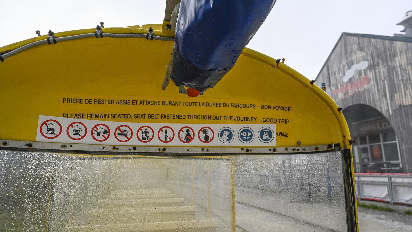 Le Petit Train d'Artouste: Bei Regen wird das Verdeck heruntergerollt. Foto: Hilke Maunder