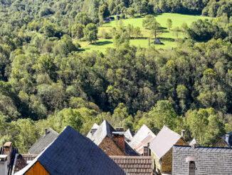 Blick über die Dächer von Ayet auf die andere Talseite von Bethmale. Foto: Hilke Maunder