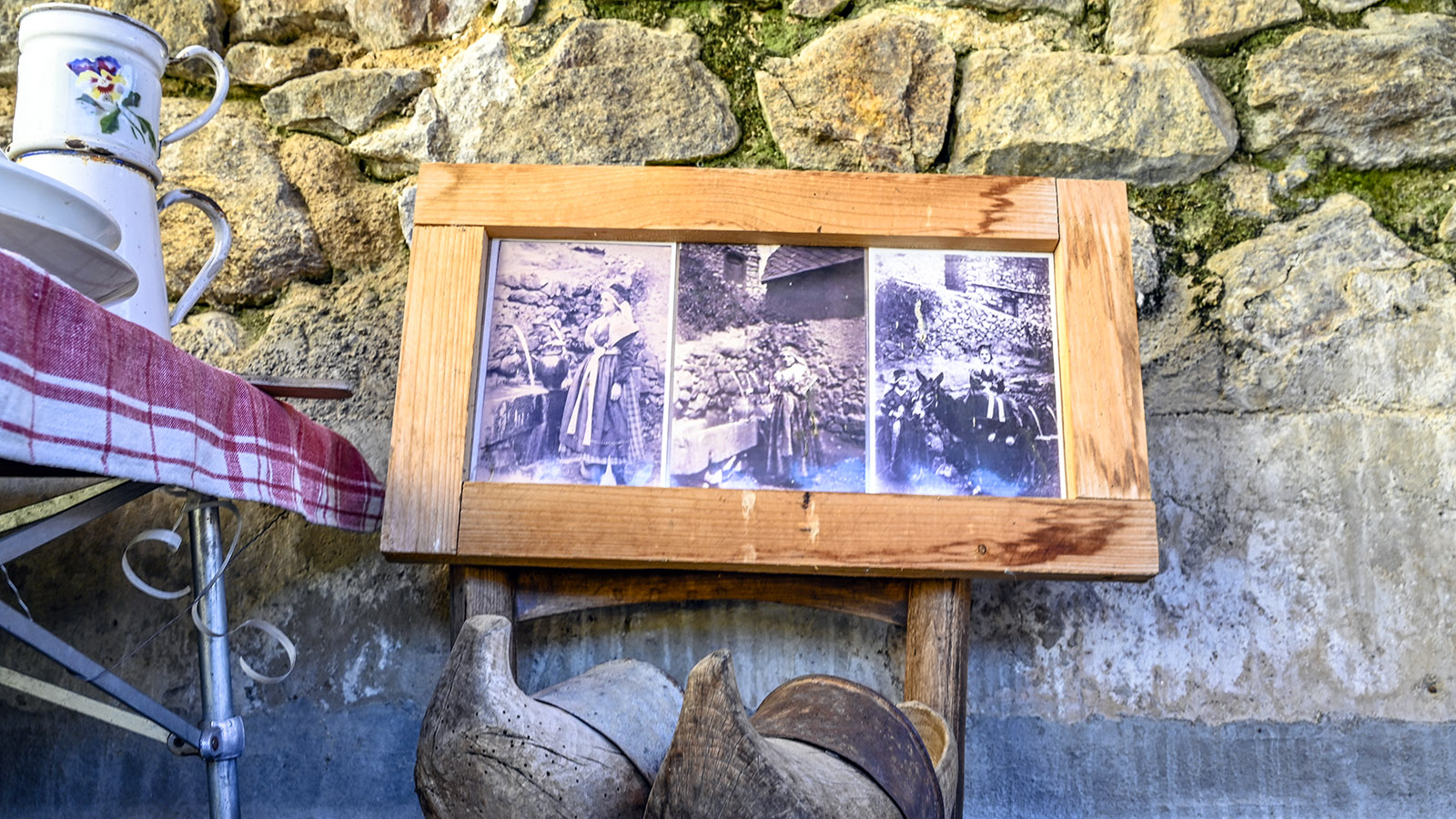 Die Alltagsschuhe von einst - aus Holz geschnitzt. Foto: Hilke Maunder