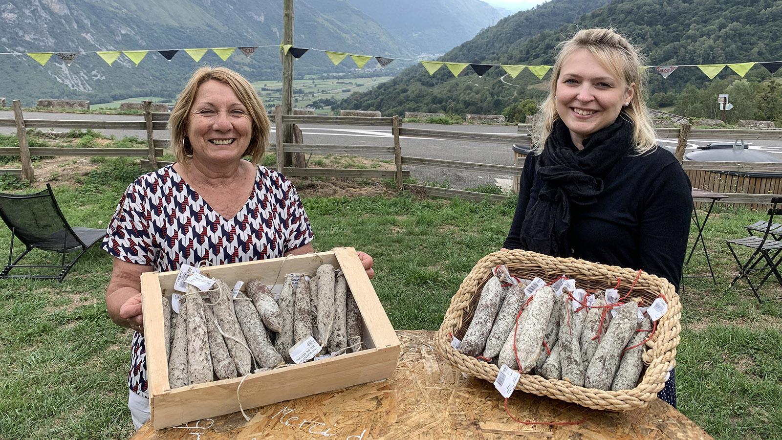 (v.l.): In Bilhères-en-Ossau verkauften Marie-José Capdaspé und Camille Bailly und von Montagne Gourmande Hartwürste von Ente und Schwein am Tag der Tour.