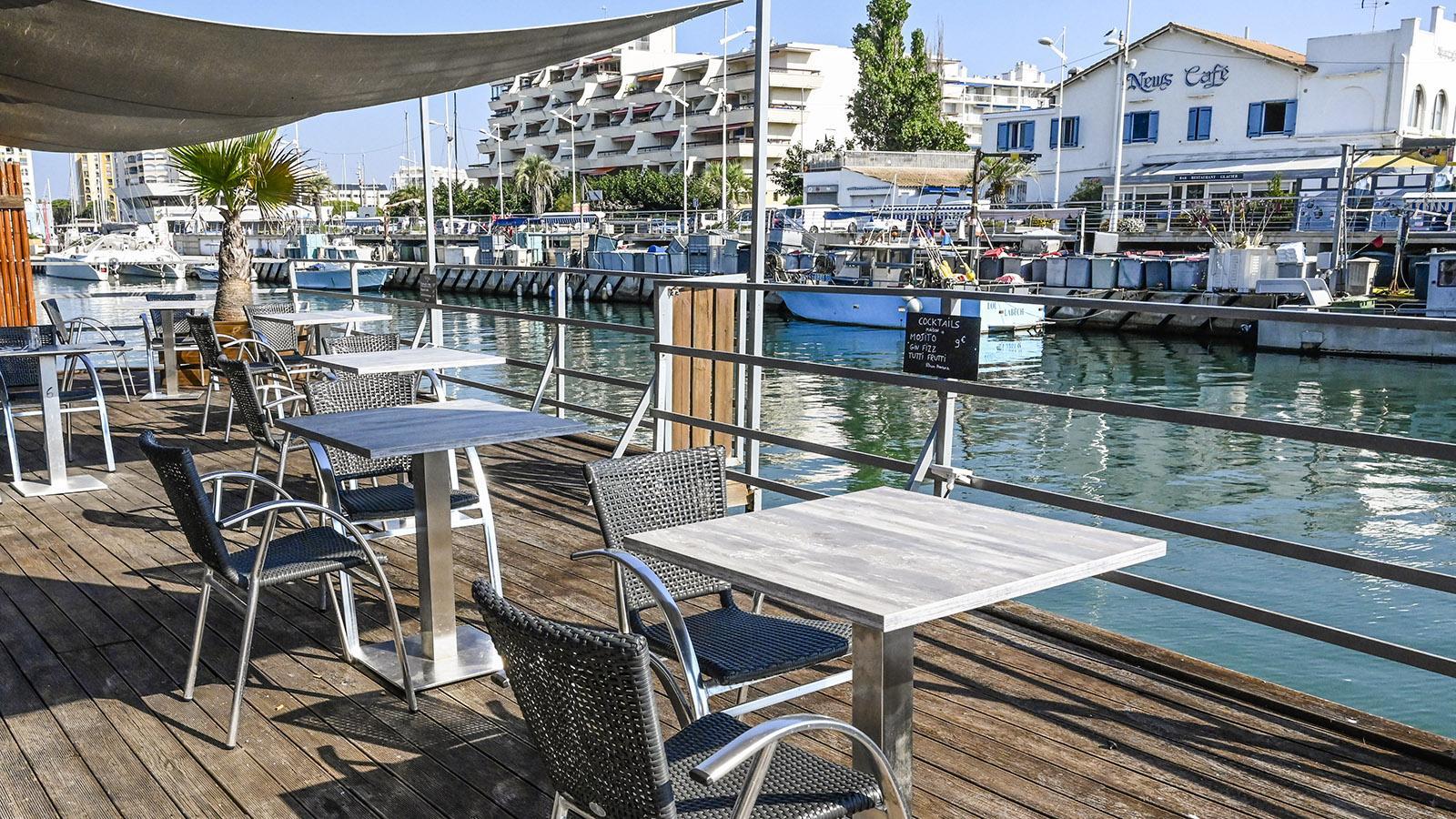 Den Hafenkanal von Carnon säumen Restaurantterrassen. Foto: Hilke Maunder