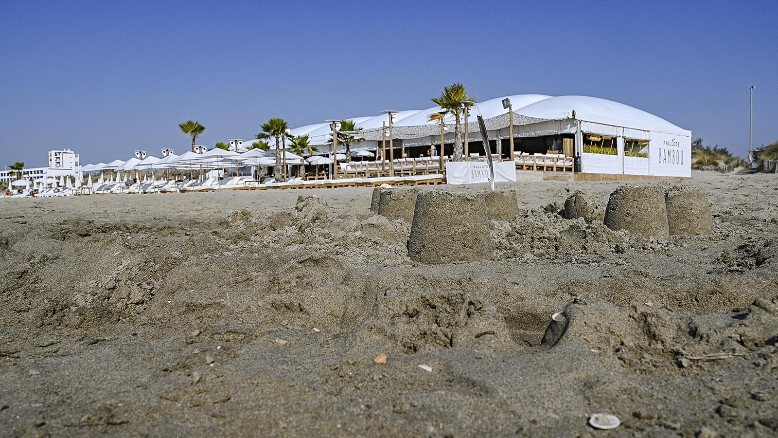 """Der Beach Club """"Bambou"""" am Strand von La Grande Motte. Foto: Hilke Maunder"""