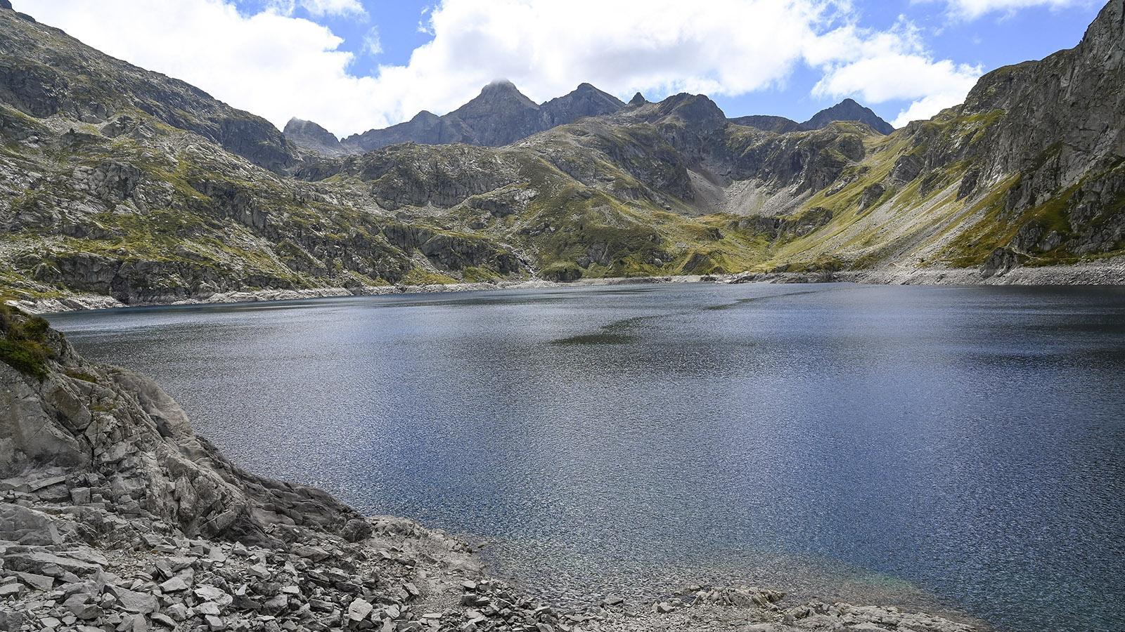 Zwei- und Dreitausender rahmen den Lac d'Artouste ein. Foto: Hilke Maunder