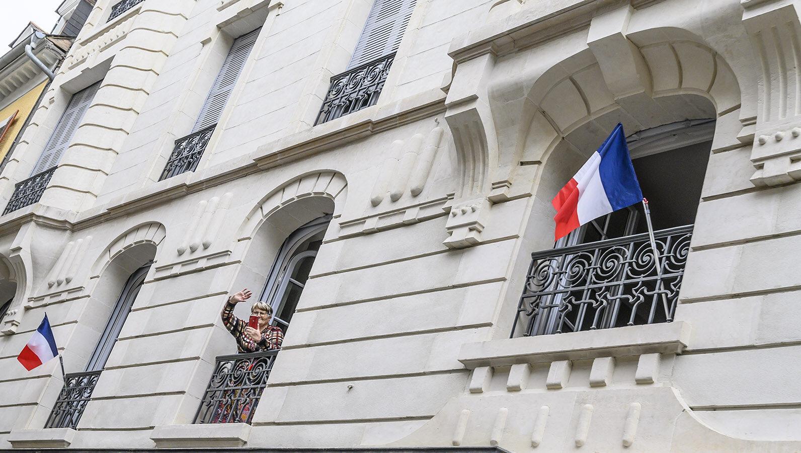 Auch Madame zeigt Flagge bei der Tour de France in Pau. Foto: Hilke Maunder