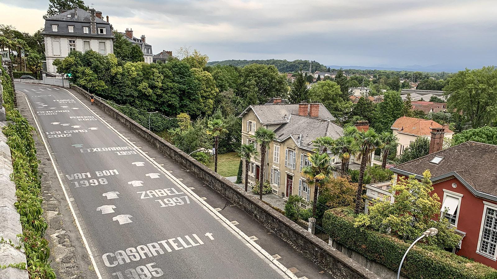 Auf dem Pflaster von Pau verewigt: legendäre Namen der Tour de France. Foto: Hilke Maunder
