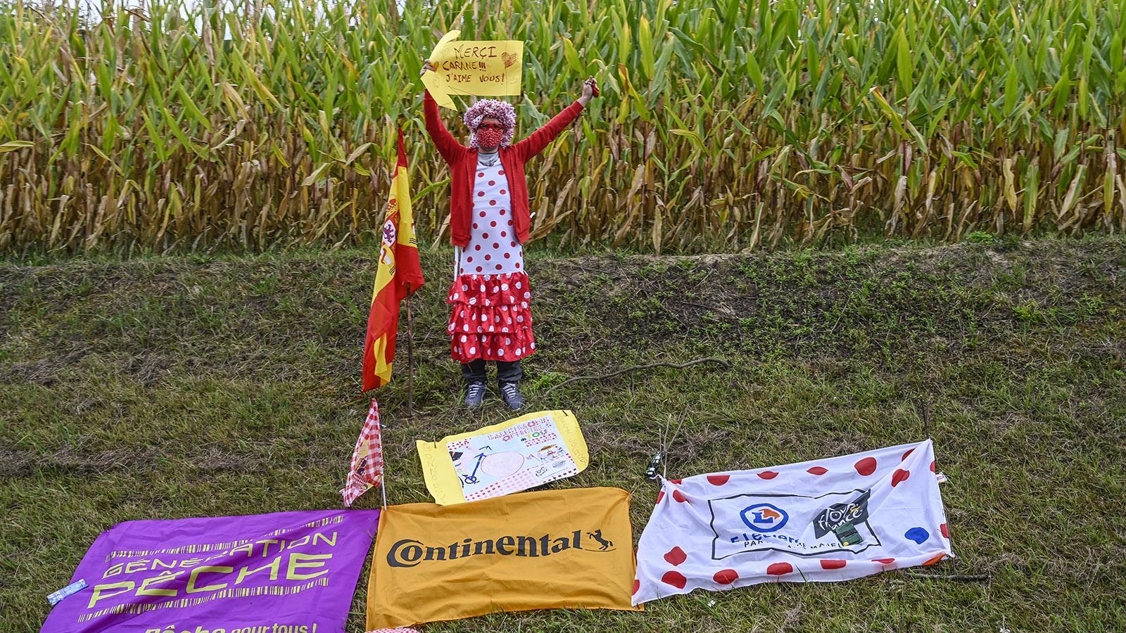 Verkleidet: Einige Fans überraschen bei der Toru de France mit ausgefallenen Kostümen. Foto: Hilke Maunder