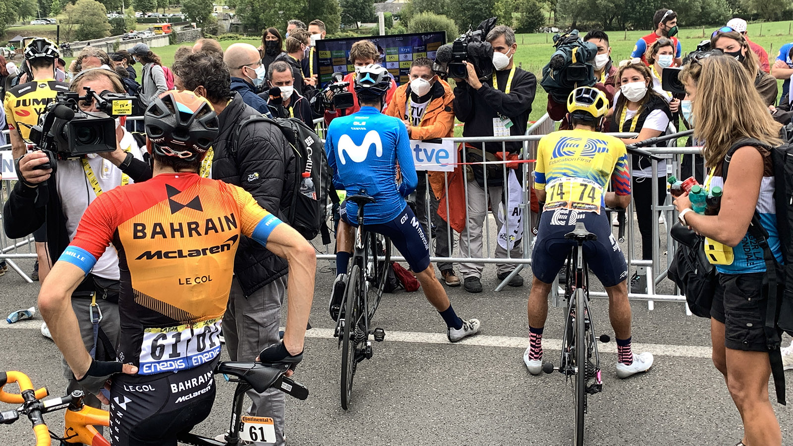Kaum angekommen, geben die Profis Interviews. Ohne nach dem Rennen sichtlich aus der Puste zu sein… Foto: Hilke Maunder