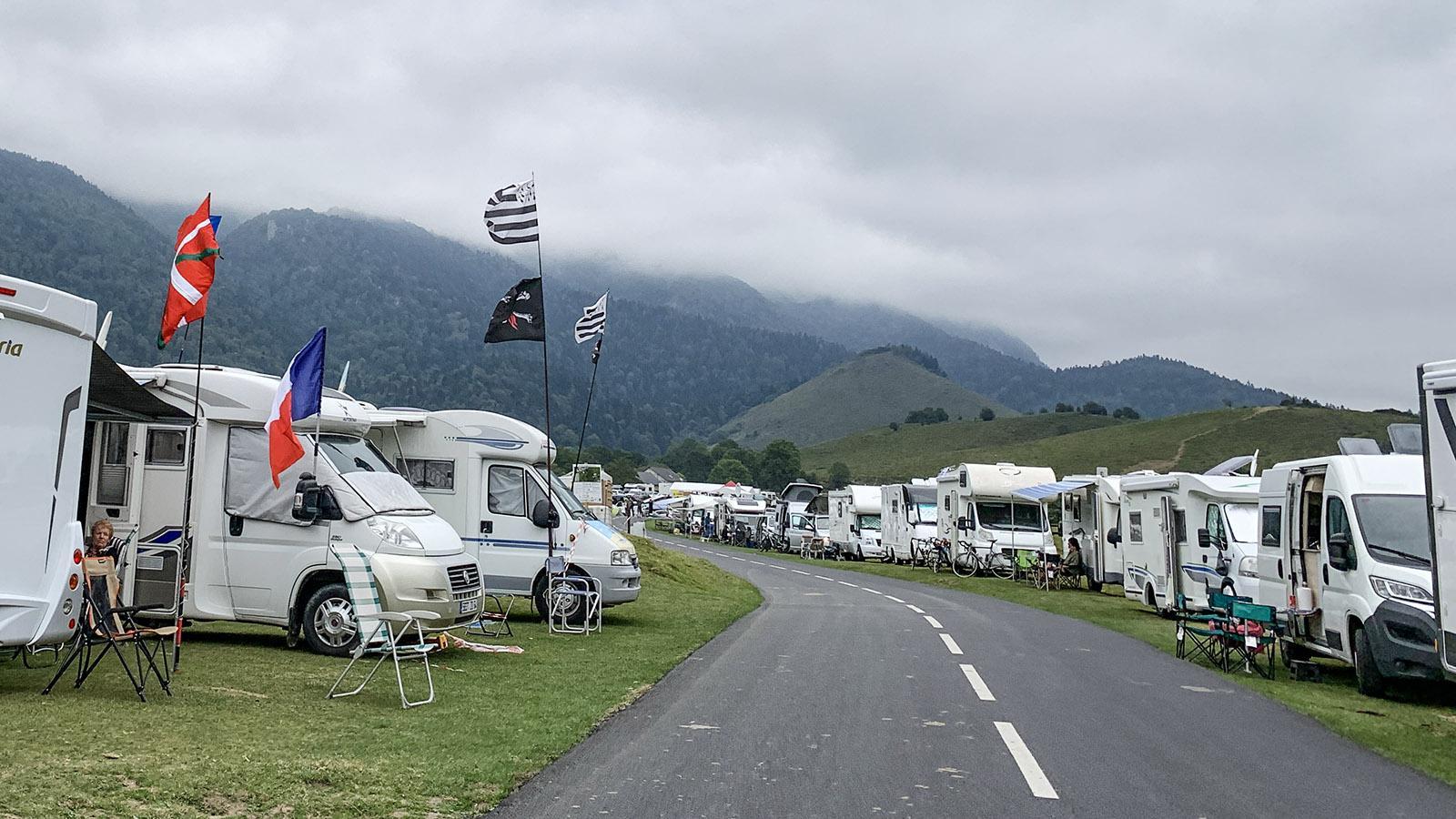Mehr als 200 Caravans säumen auf dem Plateau von Marie-Blanque die Rennstrecke. Foto: Hilke Maunder