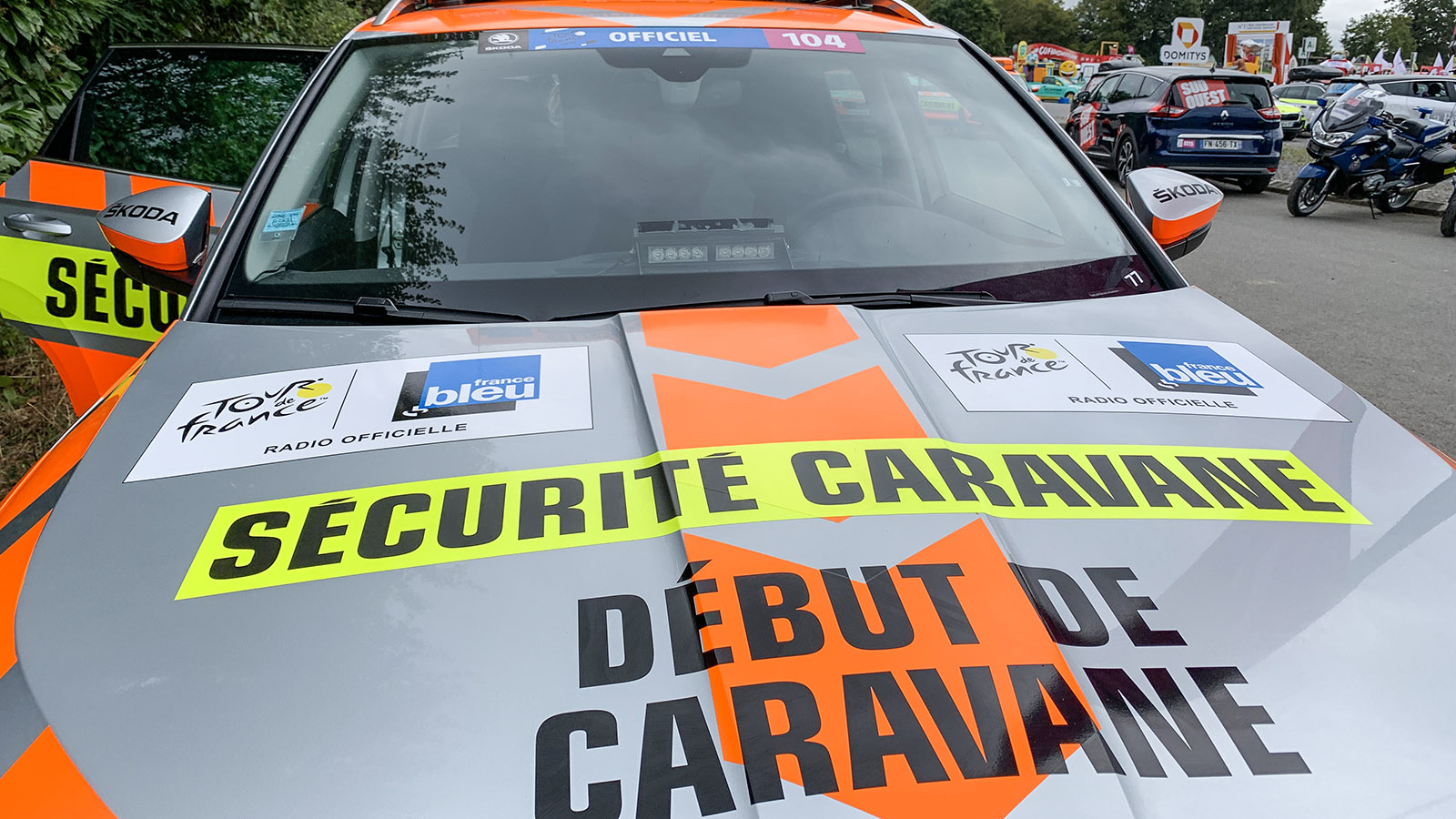 Tour de France: Gendarmerie und Sicherheitsleute führen mit Wagen und Motorrädern die Werbekarawane an. Foto: Hilke Maunder