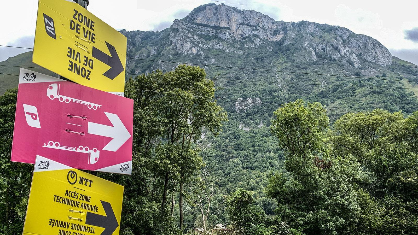 Die Logistik der Tour de France ist beeindruckend – perfekte wie frühzeitige Ausschilderung, Müllcontainer und gut organisierte Aufräumkommandos. Und das bei einer von 4500 auf 3500 geschrumpften Zahl an Mitarbeitern. Foto: Hilke Maunder