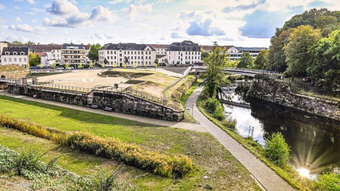 Blick von der Bastion V auf die Alte Saar und das DRK-Krankenhaus, einst das städtische Krankenhaus von Saarlouis. Foto: Hilke Maunder