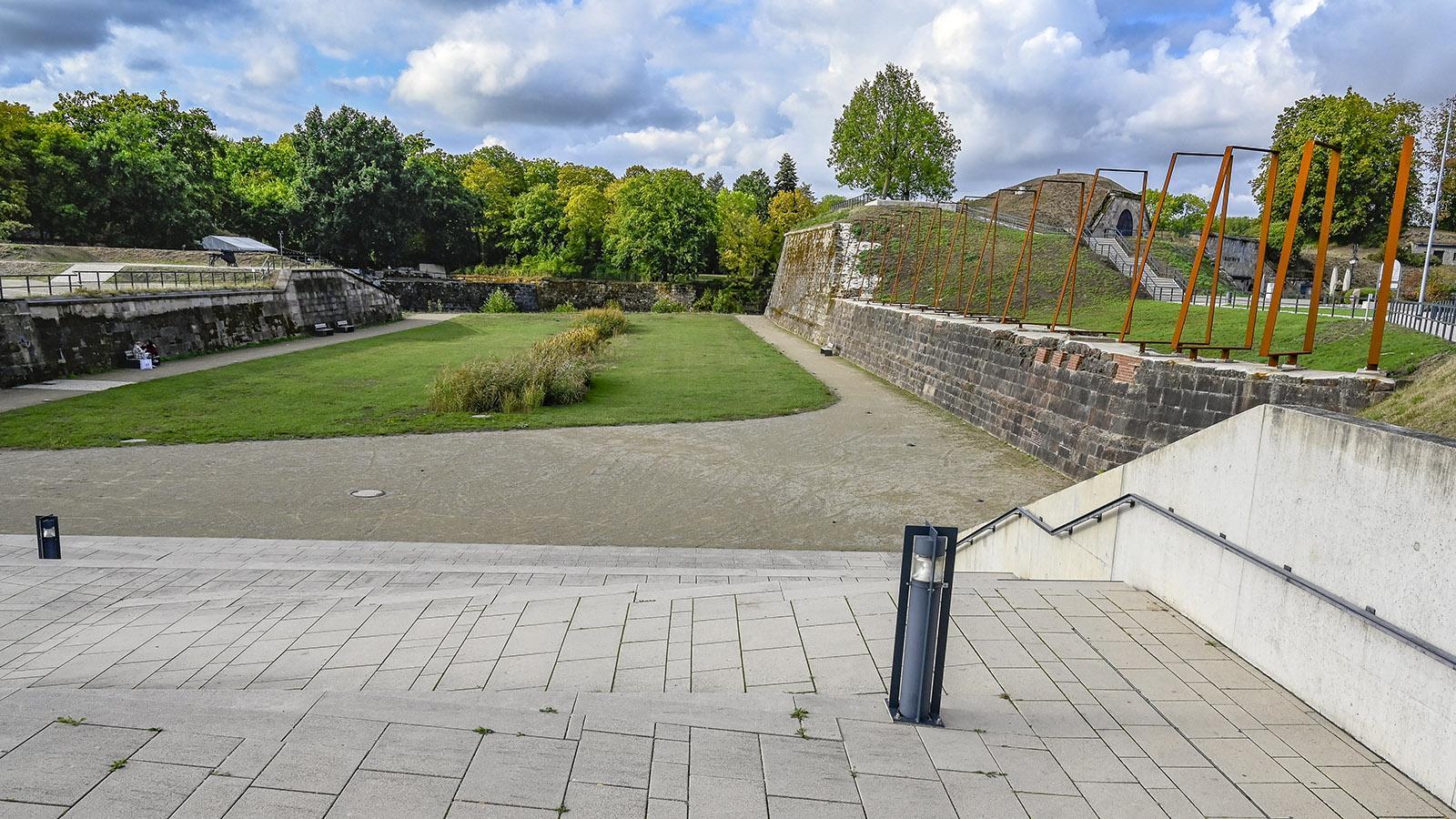 Saarlouis. Bastion VI. Die Bügel aus Kortenstahl zeichnen den ehemaligen Verlauf der Festungsmauer nach. Foto: Hilke Maunder