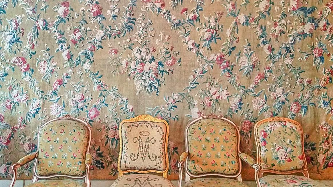 """Der Gobelinsaal mit seinen Barockstühlen. Doch nur ein Sessel trägt die Initialien """"VM"""" - er ist reserviert votre majesté, eure Majestät. Foto: Hilke Maunder"""