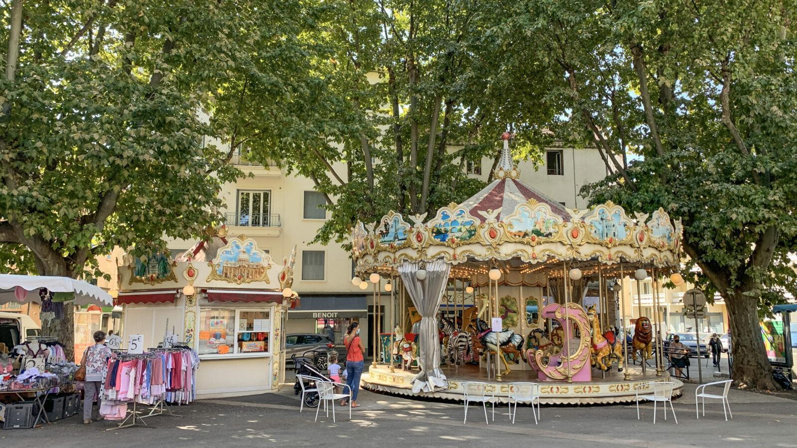 Alès: Vor der Markthalle von Alès dreht sich dieses nostalgische Karussell. Foto: Hilke Maunder