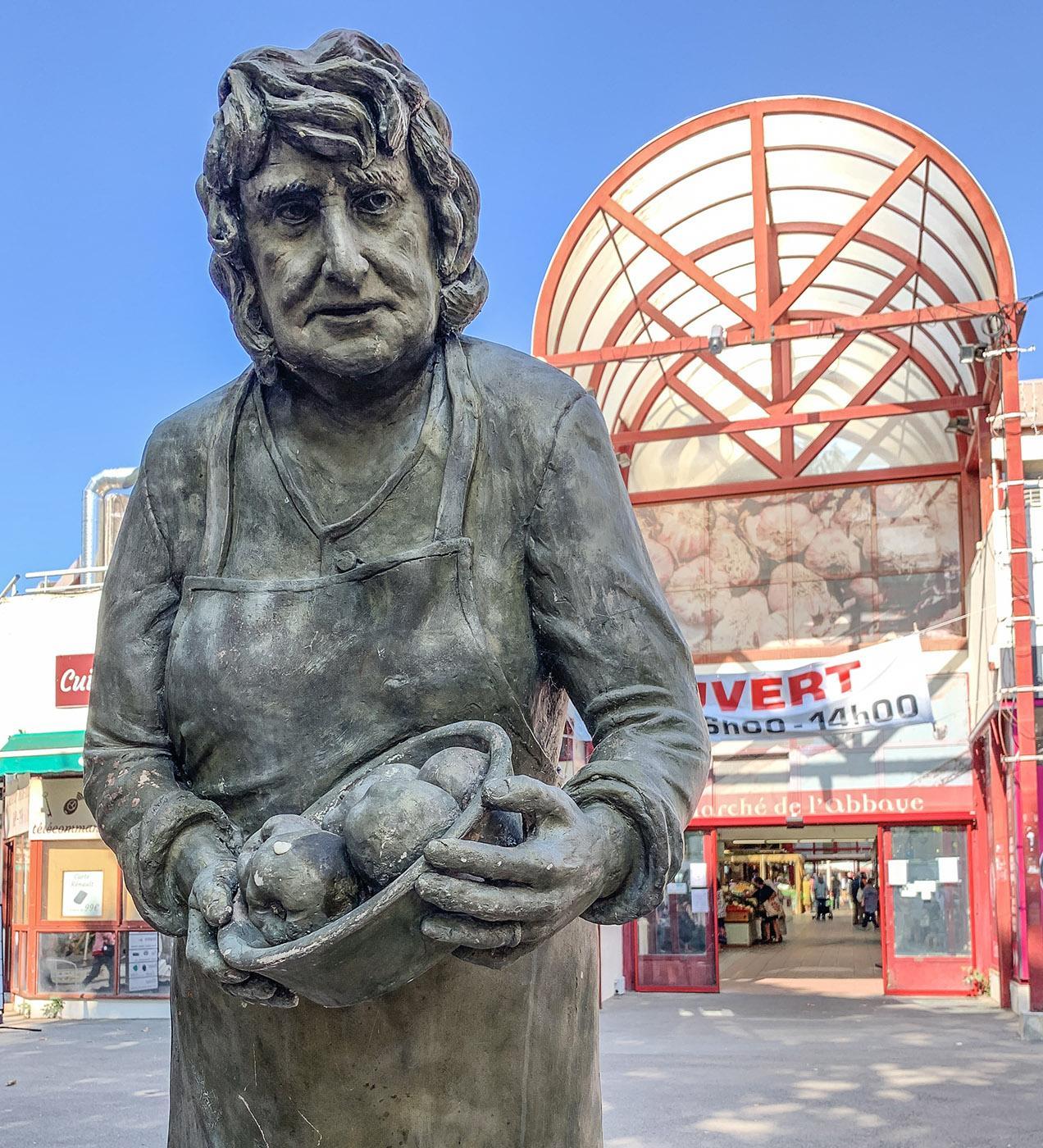 Das Markthändler-Denkmal vor der Markthalle. Foto: Hilke Maunder