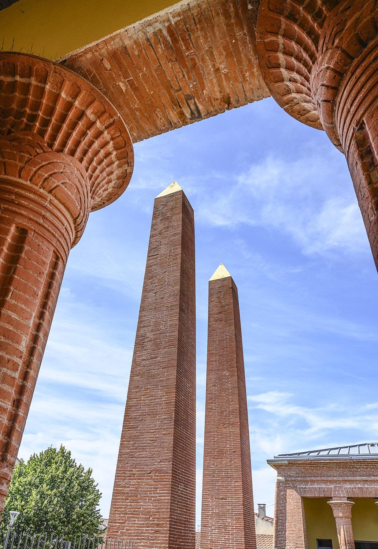 Von Obelisken bekrönt: der Eingang zum Friedhof Terre-Cabarde in Toulouse. Foto: Hilke Maunder
