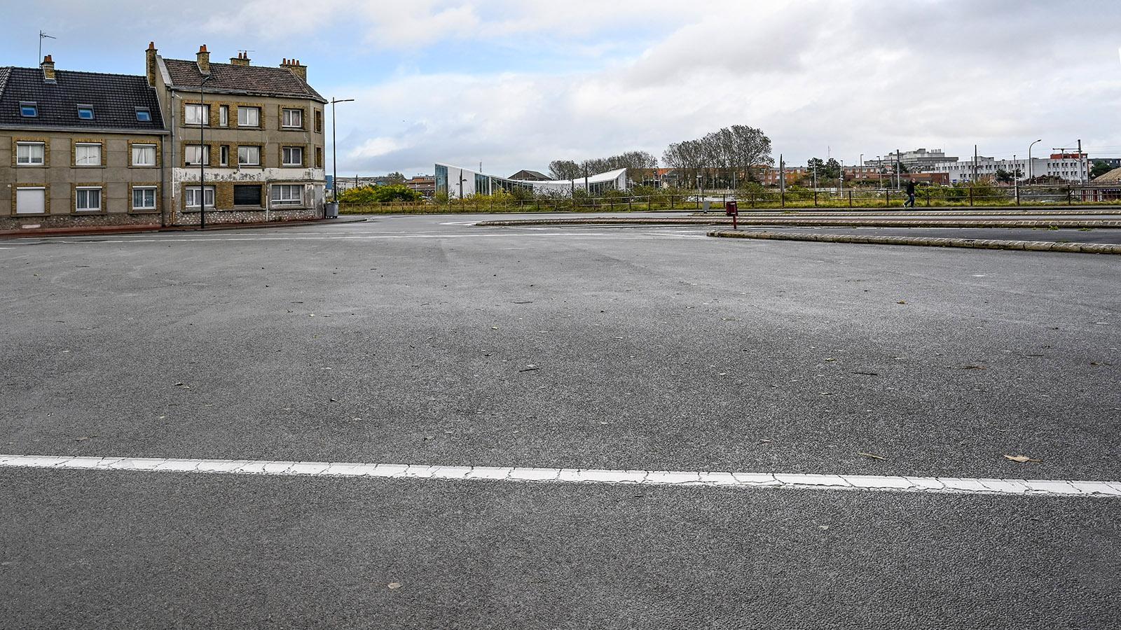 Alt und neu stehen in Calais oft unvermittelt nebeneinander. Foto: Hilke Maunder